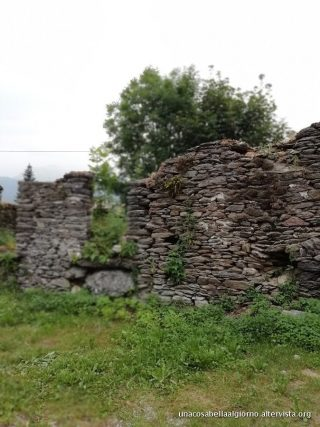 SERRE DI ONCINO: UN PAESE FUORI DAL TEMPO, tra pietre e rose